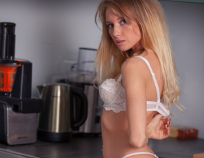 2018_07_05_monika_tempe_sexy_morning_coffe_in_kitchen